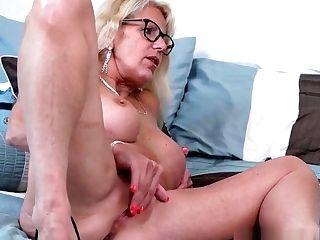Canadian Mummy Velvet Skye Loves A Good Finger Fuck